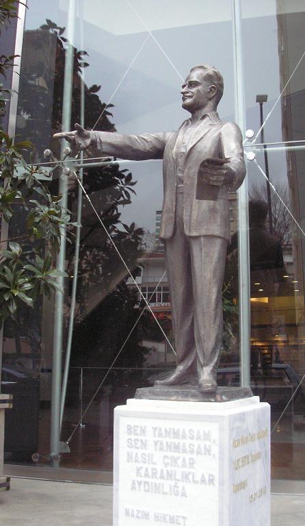 Nazım Hikmet Heykeli: CKM Girişi, yükseklik 2 metre, bronz, Heykeltraş Ferit Özşen, 15 Ocak 2010.Fotoğraf: Tenise Yalçın evetbenim.com