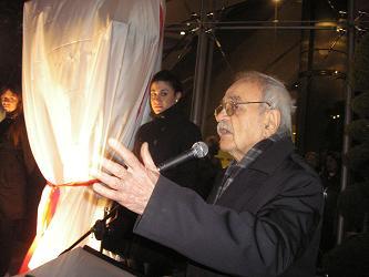 Nazım Hikmet Heykeli Açılış Töreni: Gazeteci Nail Güreli, heykeli yaptıran Yıldız Sertel ile ilgili anılarını açılışa gelenlerle paylaştı.Caddebostan Kültür Merkezi-15 Ocak 2010- Fotoğraf: Tenise Yalçın. evetbenim.com