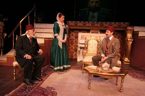 Düşüş:Oyun;İBB Şehir Tiyatroları,?Sultan Hamid Düşerken? adlı romanından Kemal Bekir?in yazdı, Engin Gürmen?in yönetti.
