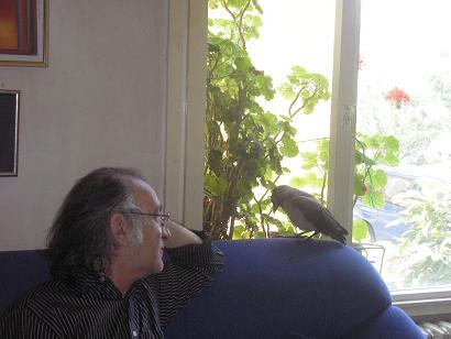 Fotoğraf: Tevfik Yalçın ve yavru karga Gak, Çevre Günü anısına Haziran 2009